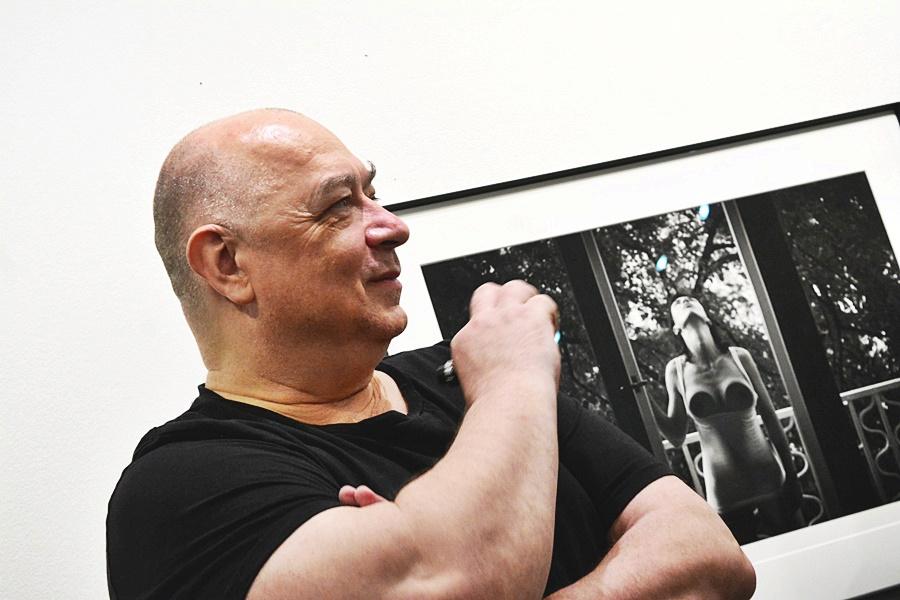 Petr Jedinák v galerii se svým dílem